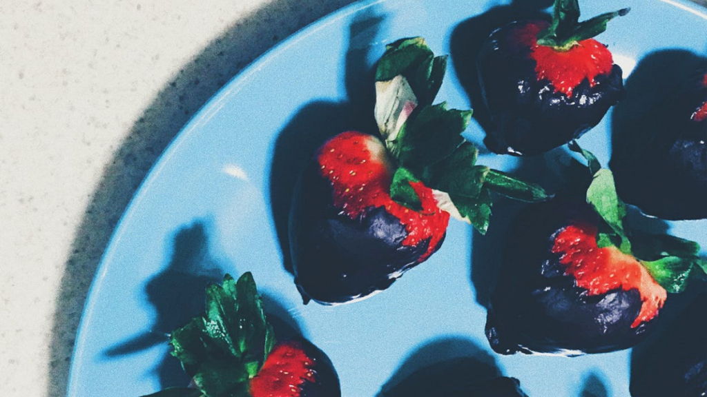 strawberries covered in chocolate - 5 reasons to eat dark chocolate every day